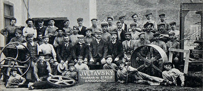 Period photograph of the group of employees of the factory Vltavský (1910)
